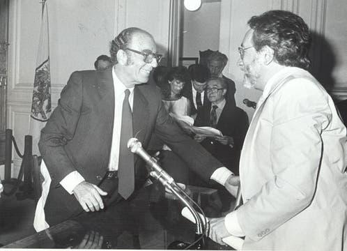 Félix Luna entregaba un premio a Horacio Salas, como secretario de Cultura de Buenos Aires, en 1986. Foto: Archivo / Búsqueda documental de Gabriela Miño