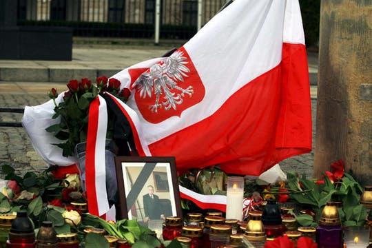 Una fotografía de Lech Kaczynski ha sido depositada junto a velas y flores frente al palacio presidencial en Varsovia. Foto: EFE