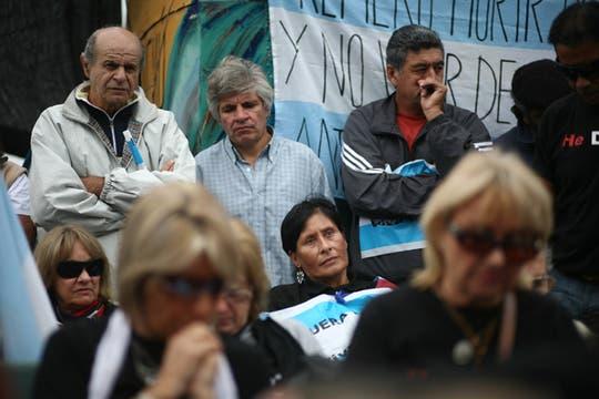 En el corte de ruta 136, de Arroyo Verde, vecinos de Gualeguaychu, escuchan el fallo que pronuncia la corte internacional de la Haya. Foto: LA NACION / Aníbal Greco