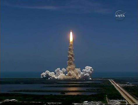 El transbordador espacial Atlantis despega en una misión a la Estación Espacial Internacional desde el Centro Espacial Kennedy en Cabo Cañaveral, foto de la NASA tv. Foto: Reuters