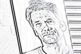"""Tipea en una Mac plateada portátil y cambia de letra según el """"mood gráfico"""" que lo sorprenda en ese momento: Verdana, Didot, Courier New, Cambria, Century y Georgia"""