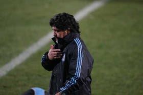 Maradona ensaya y en su cabeza busca el equipo que jugará pasado mañana