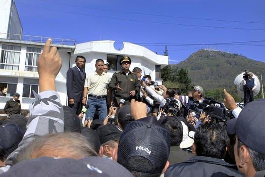 Un agente de la policía ecuatoriana habla a los policías en huelga, los disturbios estallaron cuando los soldados tomaron el control del principal aeropuerto en contra de los recortes presupuestarios. Foto: Reuters