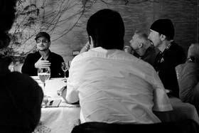 Brochettes y cervezas para Bono, Adam Clayton, The Edge (en la foto) y Larry Mullen (tapado)
