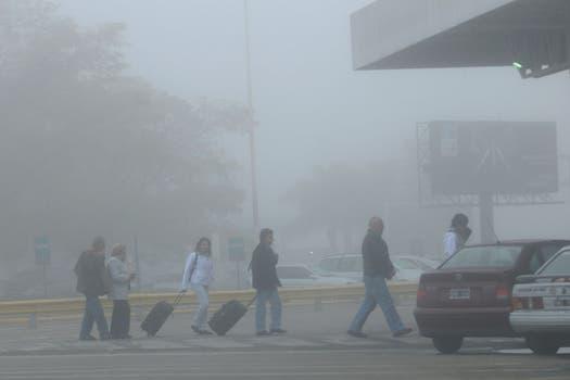 El aeropuerto de Ezeiza se vio doblemente afectado, por un lado la niebla y por el otre la nube de cenizas del volcán Puyehue. Foto: DyN