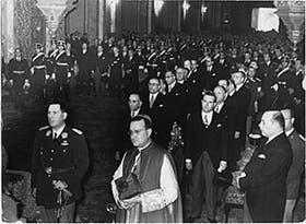 Perón y monseñor Manuel Tato durante el tedéum en la catedral metropolitana, en mayo de 1953