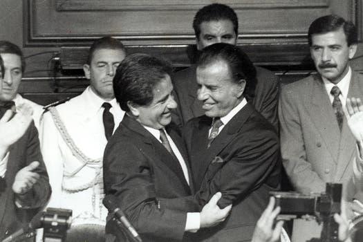 Menem se abraza con Duhalde en la asunción de su primer mandato, en diciembre de 1991. Foto: Archivo