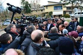 Silvio Berlusconi, asediado por la prensa hoy en Milán, al anunciar su regreso a la política