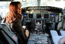 La Presidenta, en uno de los aviones comprados para Aerolíneas; la otra línea estatal, LADE, pierde vuelos por falta de fondos