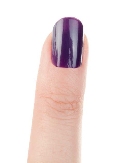 Pintar las uñas con el esmalte color uva. Dejar secar.