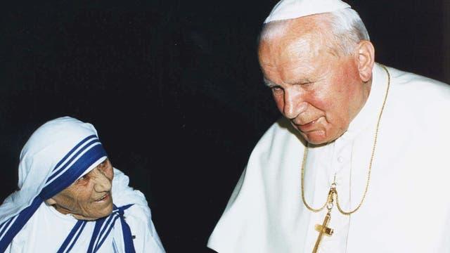 El Papa Juan Pablo II conversa con la Madre Teresa durante una audiencia privada en 1997