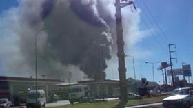 varias dotaciones de bomberos combaten un feroz incendio en una fábrica de aceites vegetales en Burzaco