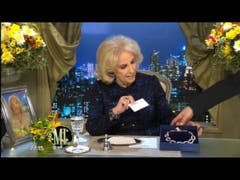 Mirtha Legrand recibe un regalo de Moyano