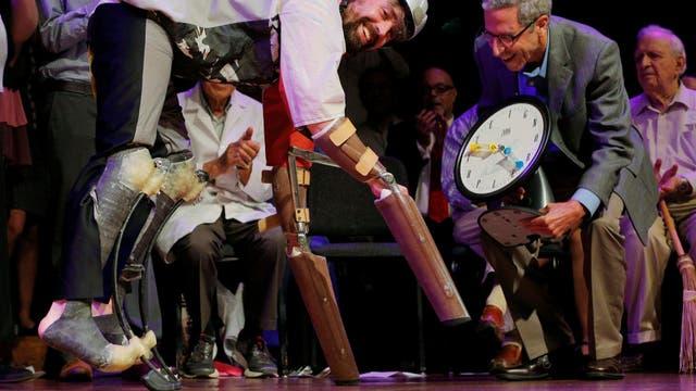 Thomas Thwaites recibe el Ig Nobel 2016 de Biología por la creación de una prótesis que le permite moverse como una cabra