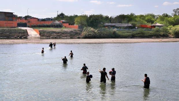 Un grupo de indocumentados, al cruzar esta semana el Río Grande en Texas
