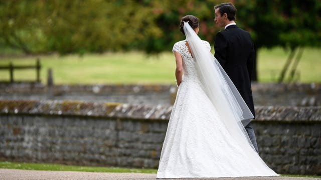 Pippa Middleton y James Matthews, flamantes esposos, dejan la iglesia y parten rumbe a la ceremonia en la casa familiar de los Middleton