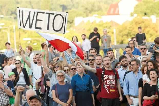 Manifestantes protestaban frente al Parlamento, ayer, en Varsovia