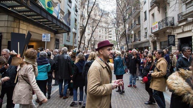Vecinos y diseñadores se acercaron a la calle Arroyo para celebrar su nueva fisonomía. Foto: LA NACION / Ignacio Sánchez