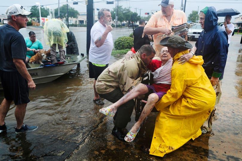 Vecinos usan sus botes personales para rescatar a Jane Rhodes en Friendswood, Texas. Foto: AP