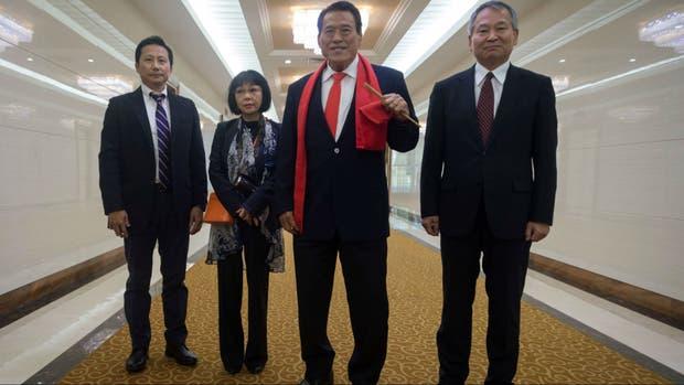 El boxeador japonés Antonio Inoki (centro) a su llegada a Pyongyang