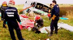 El ómnibus embistió contra un camión y se incrustó en una alcantarilla