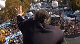 Kirchner saluda a la multitud desde la terraza de la Casa de Gobierno