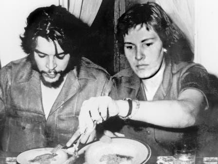 Aleida, su mujer, siempre cuidando su dieta. Foto: Fotografía del libro Che Guevara, la vida en juego