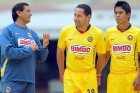 Ramón conversa con Germán Villa y Juan Carlos Medina durante la presentación oficial del equipo