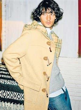 Camisa de lino, jeans, suéter de lana y montgomery (La Martina, $ 280, $ 220, $ 210 y $ 700). Foto: Mariano Vega