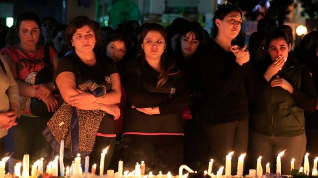 Familiares de las víctimas, acompañados de una muchedumbre, marchan en Grand Bourg