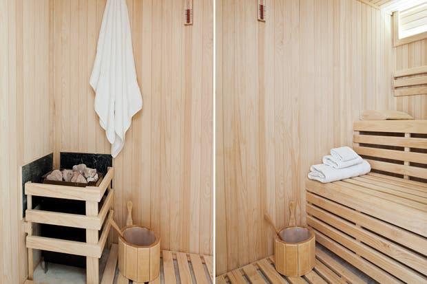 """Baño Con Ducha Escocesa:En uno de los extremos se dispuso el sauna y la ducha escocesa """"El"""