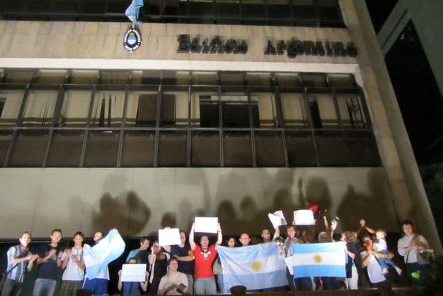 Argentinos protestan frente al Consulado en Río de Janeiro