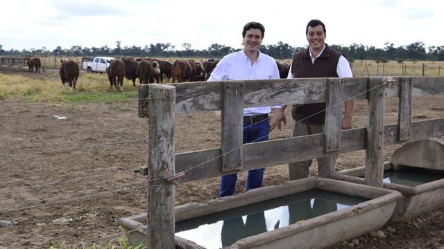 Luis Francisco Calvo y Nahuel Ríos en uno de los potreros hasta donde llega el agua para la hacienda