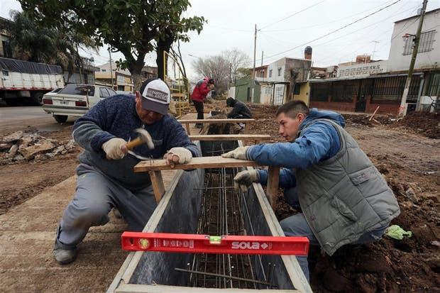 Con trabajos en la vía pública, los cooperativistas de la construcción le cambian la cara al barrio Derqui