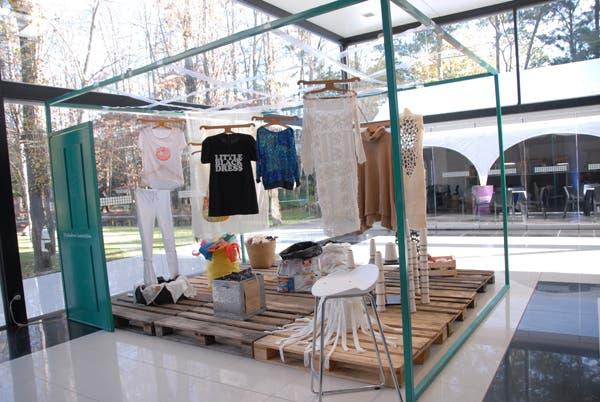 Sobre pallets, el grupo emergente Diseñadores Sustentables presenta sus trabajos creados a partir de elementos orgánicos y material reciclado. Foto: Soledad Avaca Cuenca