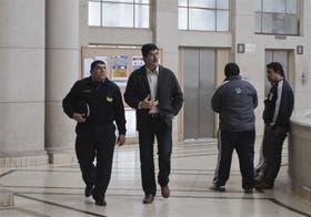 El comisario Sánchez, de campera gris, llega a los tribunales; dijo que buscó, pero no encontró a Marita Verón