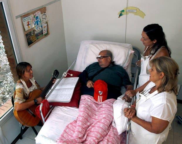 Ángel, uno de los huéspedes del hospice El Buen Samaritano, junto a las voluntarias Ana,Jessica y Alejandra.