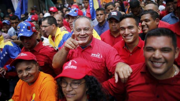 Cabello, miembro de la Constituyente, junto a seguidores chavistas, en Caracas