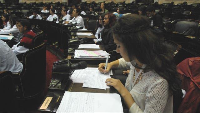 Los parlamentarios juveniles en la sesión plenaria de comisiones por la ley contra el bullying en el Congreso Nacional