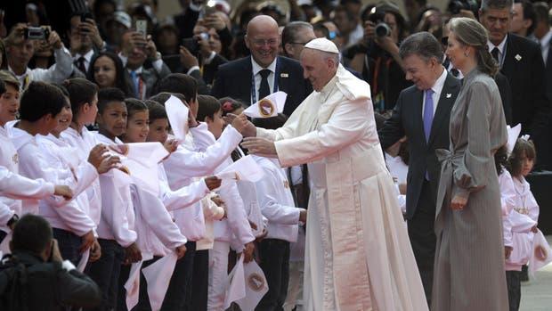 Francisco fue recibido en el aeropuerto de Bogotá por Santos, se esposa y un grupo de chicos