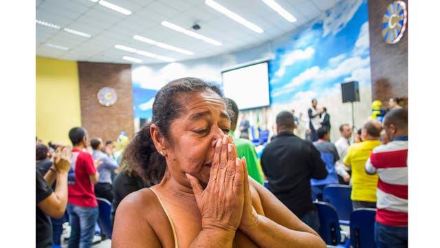 Una mujer llora durante la ceremonia en la Iglesia Cristiana Contemporénea