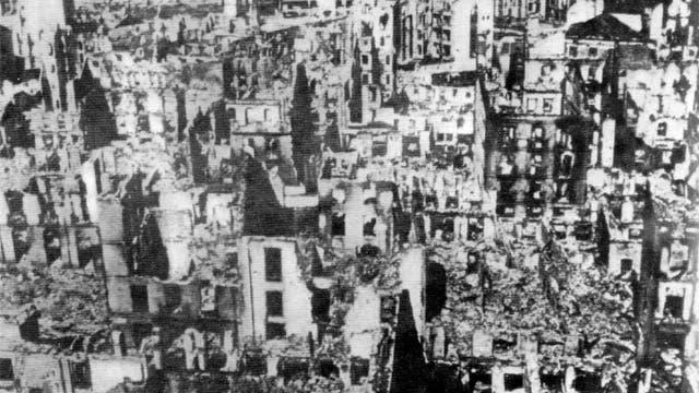 Guernica: se cumplen 80 años de la matanza que inspiró a Picasso; la imagen, de autor desconocido, fue tomada la día siguiente del bombardeo