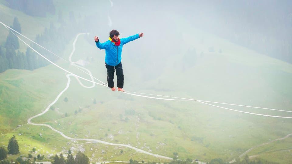 Raphael Bacot de Suiza camina sobre una línea en el Highline Extreme. Foto: AFP / Michael Buholzer