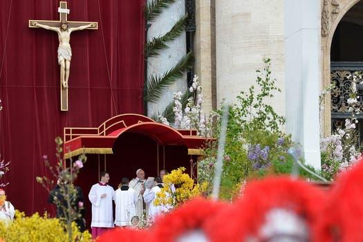 Francisco presidió su primera misa de Pascua; tras la ceremonia, saludó a los fieles en la Plaza San Pedro. Foto: AFP