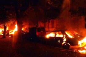 Los vecinos prendieron fuego a algunos autos que habían sido secuestrados por la policía
