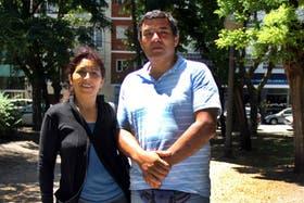 El policía Daniel Laterza, junto a su mujer, unos días después de ocurrido el choque que filmó con su celular