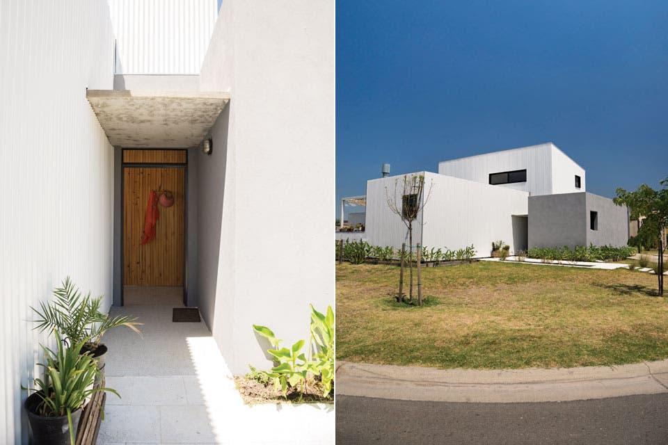 Una gran losa resguarda el acceso principal. Sobria, la casa niega sus vistas y se muestra hacia el contrafrente con grandes aberturas de aluminio (Aberlife).  Foto:Living /Celeste Najt