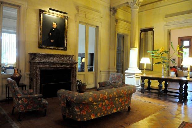 En el living, planeado como un lugar de reunión, dos cuadros de los bisabuelos de Victoria pintados por Preludiado Pueyrredón.