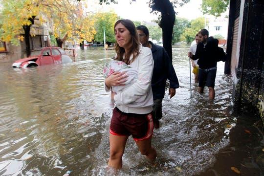 Más de 155 milímetros de agua acumulados en menos de 7 horas afectaron varias zonas de la Capital Federal y el conurbano. Foto: Reuters