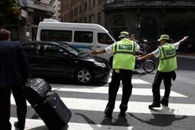 Unos 40 agentes del cuerpo de tránsito de la ciudad labraron ayer alrededor de 100 multas en el primer día de las restricciones